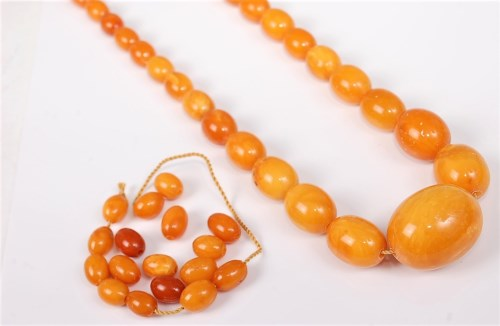 Lot 2736 - A butterscotch amber bead necklace and a...