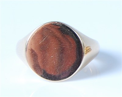 Lot 2566-A modern 18ct gold signet ring, maker LW&G, 9.3g, ...