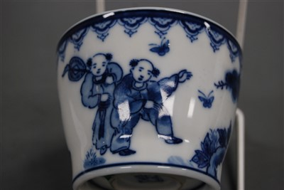 Lot 26-A pair of early 19th century Chinese export blue...