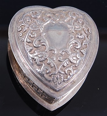 Lot 1124 - A modern silver heart shaped snuff box, the...
