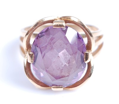 Lot 2006-A yellow metal synthetic colour change sapphire...