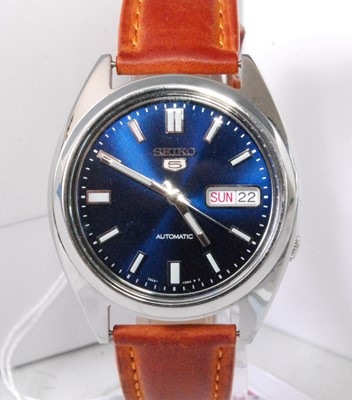 Lot 2032-A gent's Seiko 5 steel cased automatic wristwatch,...