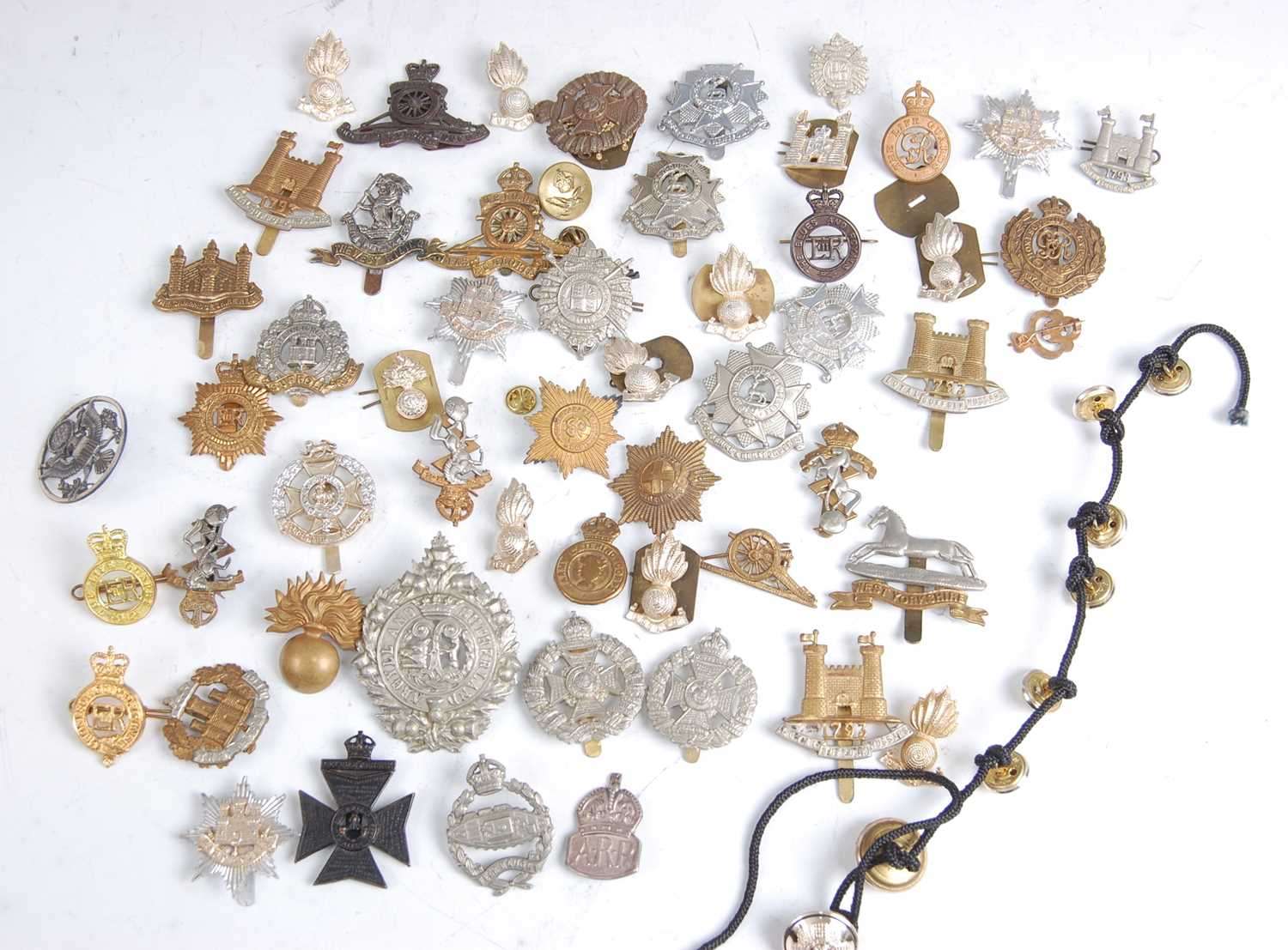 Lot 31-A collection of cap badges and insignia to include