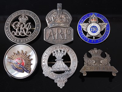 Lot 40-A WW I silver War Badge, numbered verso 216977,...