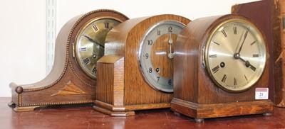Lot 21 - A 1930s oak cased eight day mantel clock,...