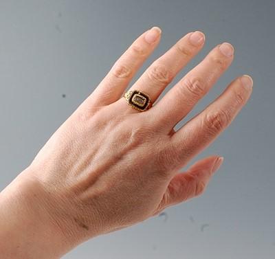 Lot 2568 - A yellow metal Georgian memorial ring,...