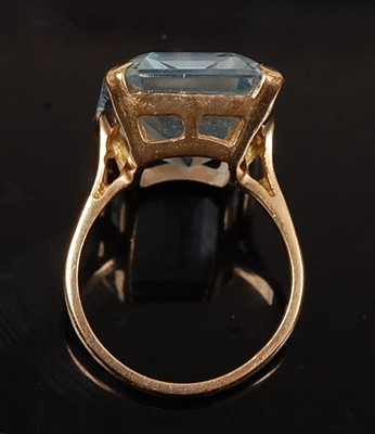 Lot 2577 - A 9ct yellow gold synthetic spinel dress ring,...