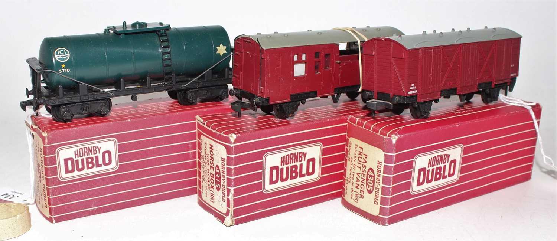 Lot 334 - 3 Hornby Dublo wagons, plastic wheels, 4685...