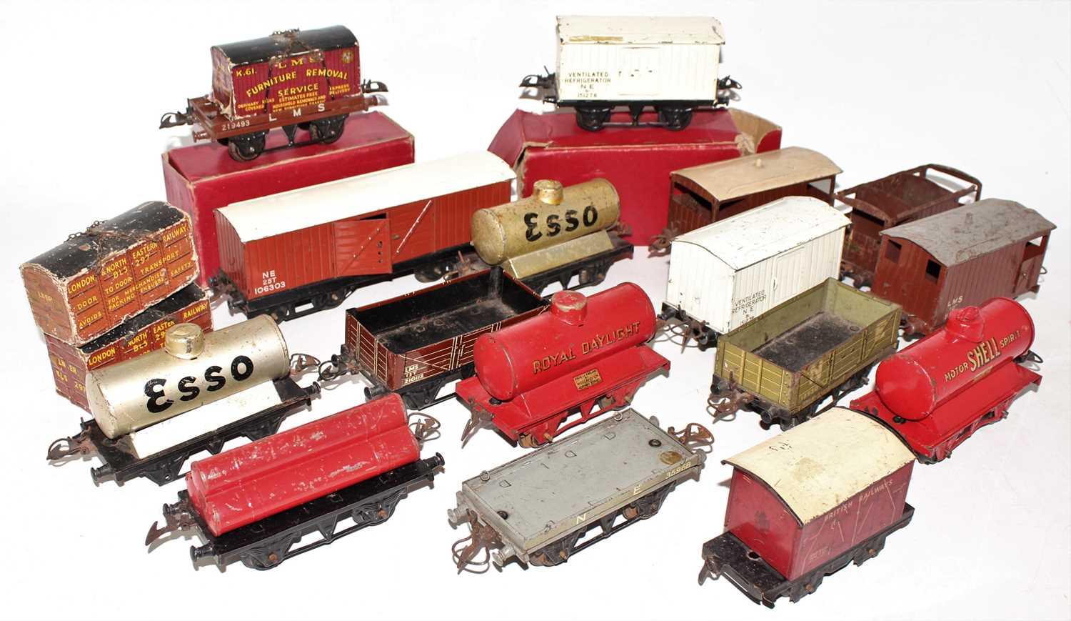 Lot 219 - Tray containing 15 Hornby Wagons, various...