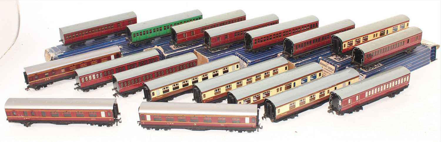 Lot 341 - A collection of 18 Hornby Dublo tinplate...