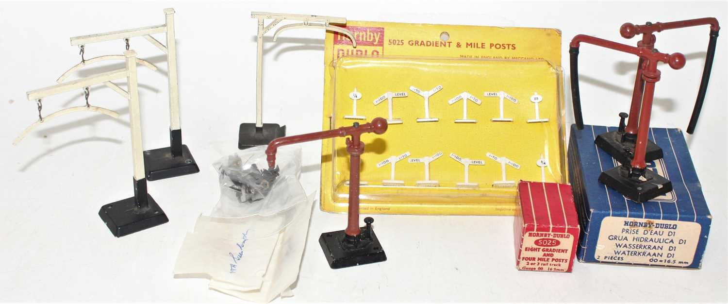 Lot 367 - Hornby Dublo accessories, including 2 packs of...