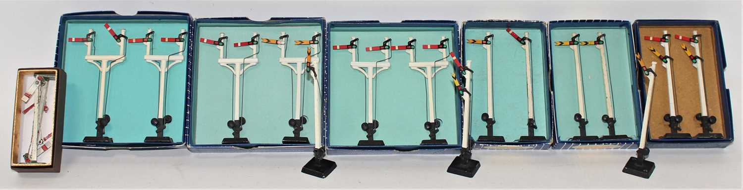 Lot 365 - Hornby Dublo Manual Signals, all boxed with...