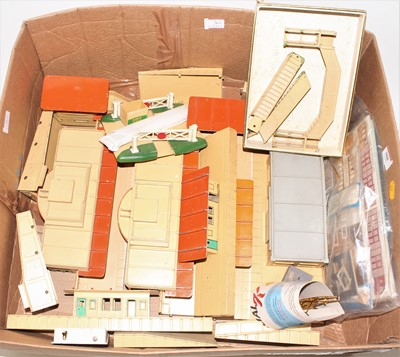 Lot 360 - Large tray of Hornby Dublo D1 Buildings, 3...