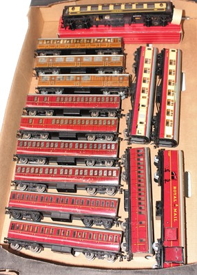 Lot 359 - Tray of Hornby Dublo coaches, all tinplate...