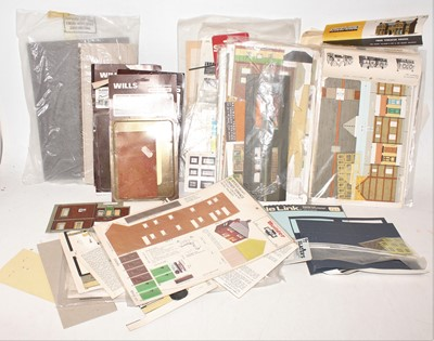 Lot 371 - Tray of 00 Gauge buildings and scenic kits...