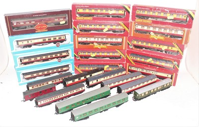 Lot 386 - Large tray of mainly maroon and cream Hornby...