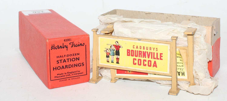 Lot 256 - Hornby Post war box of 6 cream coloured...