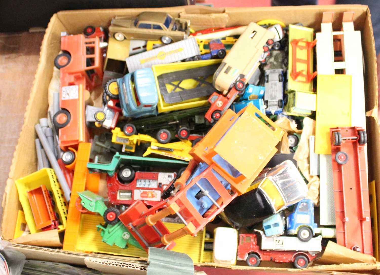 Lot 81 - A box of assorted loose and playworn mainly...