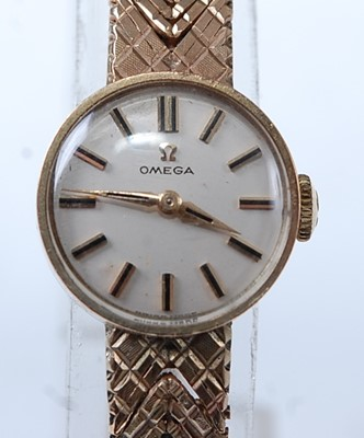 Lot 2618 - A 9ct yellow gold lady's Omega manual wind...