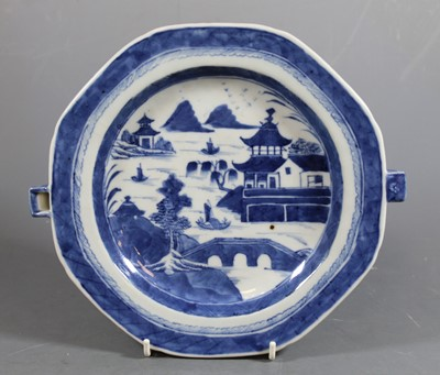 Lot 1 - An early 19th century Chinese export blue and...