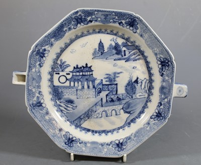 Lot 3 - An early 19th century Chinese export blue and...