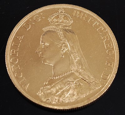 Lot Great Britain, 1887 gold five pound coin,...